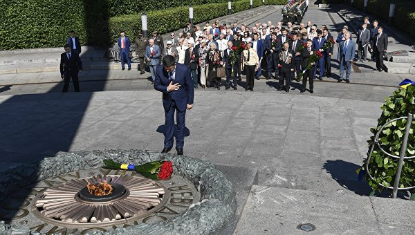 Владимир Путин возложил венки кМогиле Неизвестного бойца в столице
