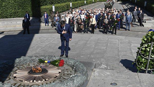 Путин отказался отзонта при возложении венка кМогиле Неизвестного бойца