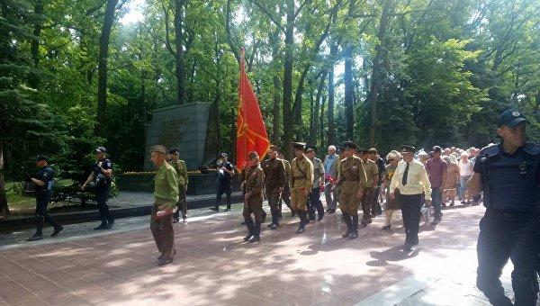 В Харькове к Мемориалу Славы пришли 50 человек с красным флагом