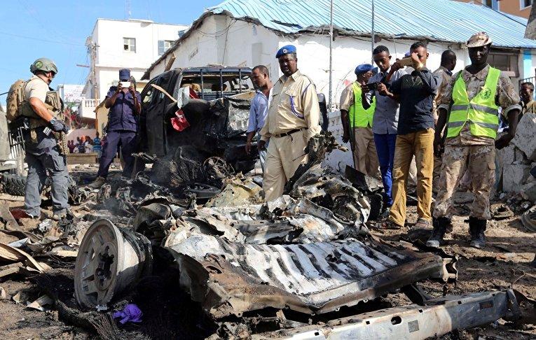 Четыре человека погибли при взрыве заминированного автомобиля в столице Сомали