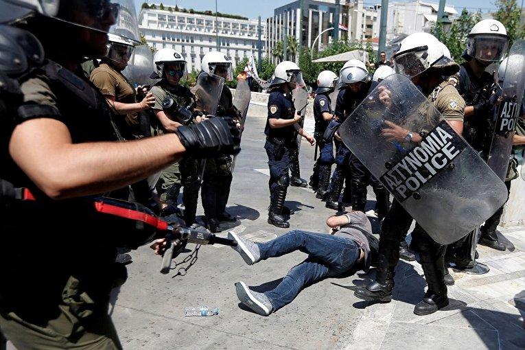 Сотрудник муниципальных служб Афин протестует против увольнения.