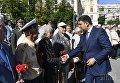 Премьер-министр Украины Владимир Гройсман и ветераны во время возложения цветов к могиле Неизвестного солдата
