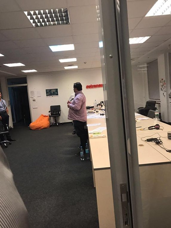 Игорь Гужва во время обысков в офисе редакции интернет-издания Страна