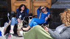 Олег Березюк и Оксана Сыроед продолжают голодовку у здания Администрации Президента в Киеве