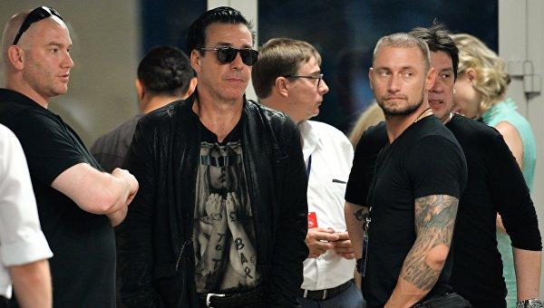 Музыкант, певец, фронтмен немецкой группы Rammstein Тилль Линдеманн (в центре)