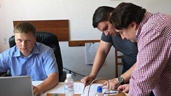 Главный редактор Страны Игорь Гужва и следователи, ведущие дело