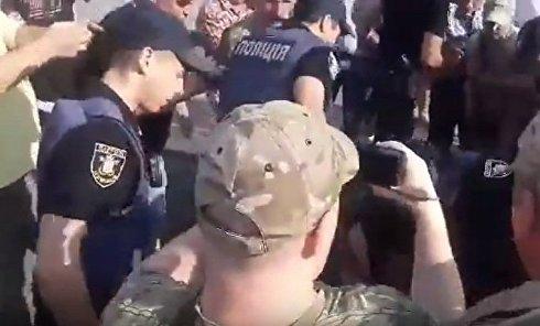 В Николаеве Савченко забросали яйцами