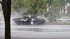 Танк протаранил дерево и столб в центре Минска