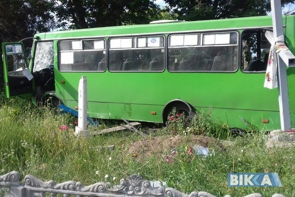 ВУкраинском государстве пьяные выпускники разворотили шесть могил наугнанном автобусе