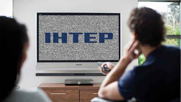 Логотип телеканала Интер на телевизоре