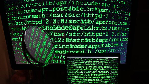Строчки с цифрами на экранах компьютера и ноутбука. Архивное фото