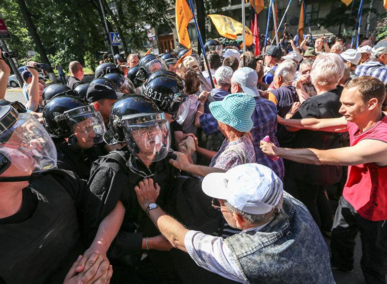 ВКиеве подАП произошли столкновения между полицией ивкладчиками банка «Михайловский»