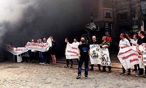 Во Львове горсовет забросали дымовыми шашками