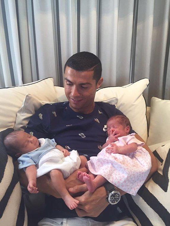Криштиану Роналду со своими двойняшками