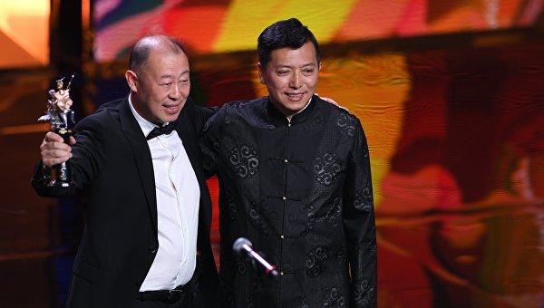 Китайский режиссер Лян Цяо (справа), получивший награду в номинации Лучший фильм, на церемонии закрытия 39-го Московского международного кинофестиваля