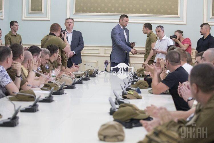 Мэр Киева Виталий Кличко вручает удостоверение патрульному общественного формирования Муниципальная стража в Киеве