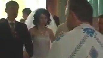 Почти попал. Тернопольский священник выложил в сеть курьез во время венчания. Видео