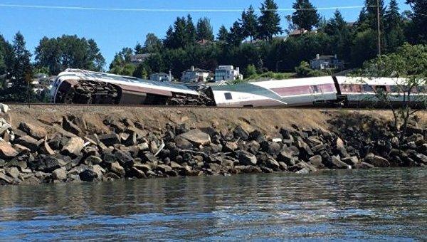 Поезд перевозивший более 200 пассажиров сошел с рельсов в штате Вашингтон
