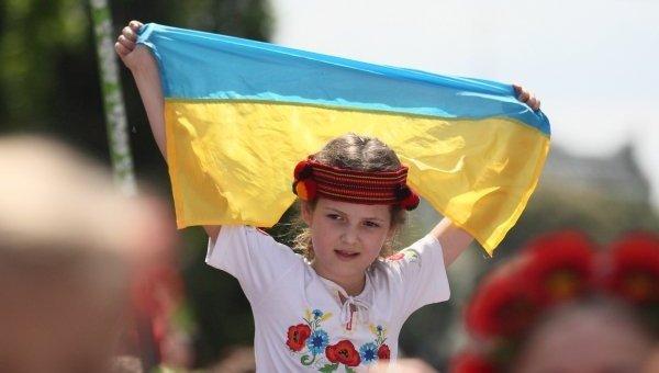 Девочка в вышиванке с украинским флагом. Архивное фото