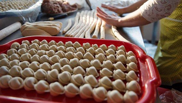 Женщина готовит пельмени. Архивное фото