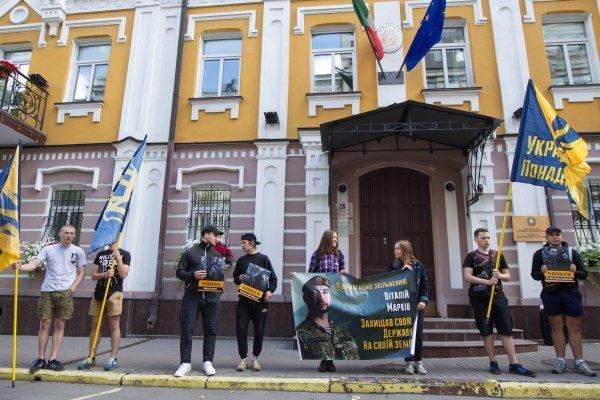 Пикет активистов Национального корпуса под посольством Италии
