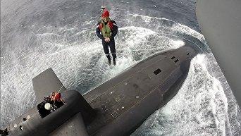 Макрон высадился с вертолета на палубу атомной подводной лодки