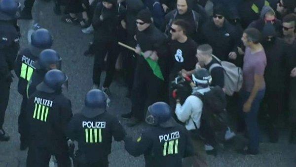 В Гамбурге протестующие атаковали полицию, та применила водометы