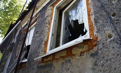 Жилой дом, разрушенный в результате обстрела города в Луганской области. Архивное фото