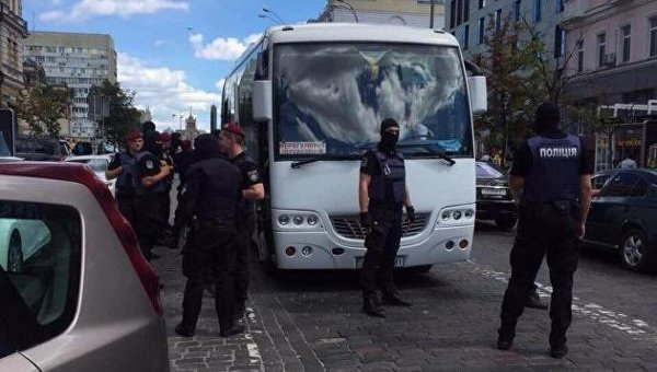 Полиция задерживает группу провокаторов под посольством Германии
