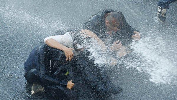 Полиция Гамбурга применила слезоточивый газ и водометы против демонстрантов