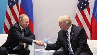 7 июля 2017. Президент РФ Владимир Путин и президент США Дональд Трамп (справа) во время встречи на полях саммита лидеров Группы двадцати G20 в Гамбурге