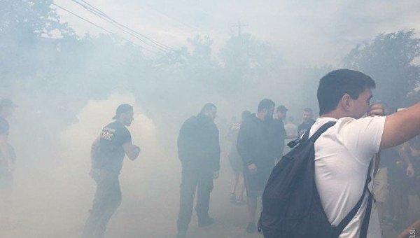 В курортной зоне Одессы стройку закидали дымовыми шашками