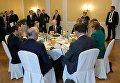 Президент РФ Владимир Путин во время совместного с канцлером Германии Ангелой Меркель и президентом Франции Эммануэлем Макроном завтрака на полях саммита лидеров Группы двадцати G20 в Гамбурге