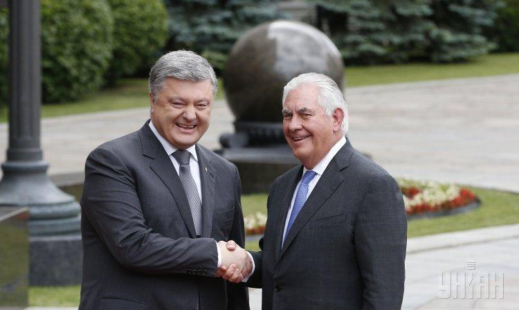 Госсекретарь США Рекс Тиллерсон и Петр Порошенко