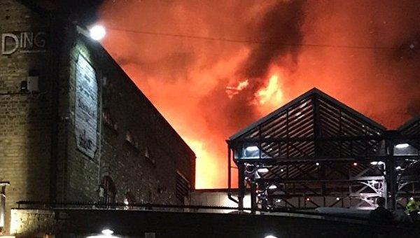 Вцентре Лондона гасят сильный пожар нарынке