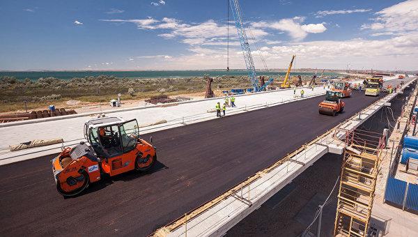 На мосту в Крым начали укладывать первый асфальт