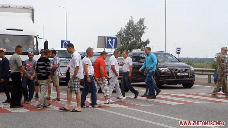 Бойцы АТО перекрыли под Житомиром трассу Киев-Чоп