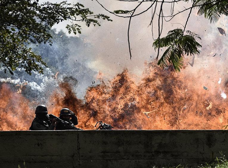 Члены Национальной гвардии были охвачены взрывом во время протестов в Каракасе