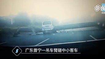 В Китае башенный кран рухнул на автодорогу, есть погибшие