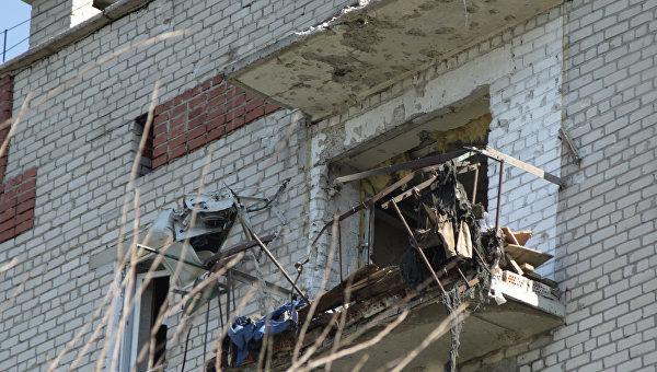 Разрушенный в результате обстрелов балкон в многоквартирном жилом доме в Донбассе. Архивное фото