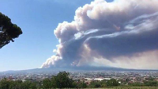 В Италии бушует вулкан Везувий
