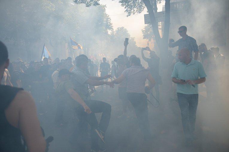 Нацкорпус закидал полицейских петардами