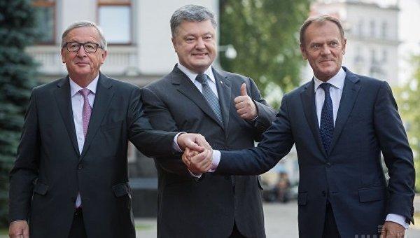 Президент Украины Петр Порошенко, президент Европейского Совета Дональд Туск (справа) и президент Евроомиссии Жан-Клод Юнкер в Киеве