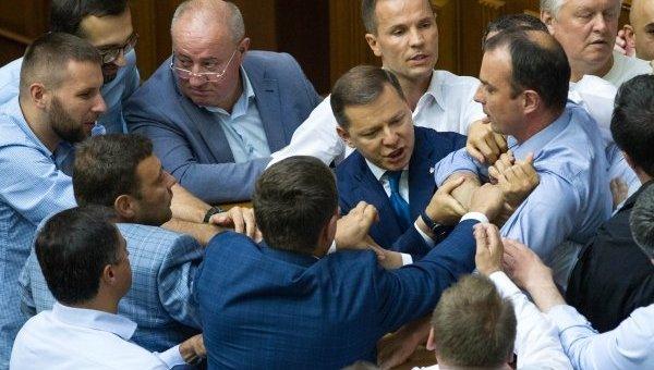 Потасовка между депутатами Самопомич и Радикальной партии произошла в сессионном зале Рады в четверг