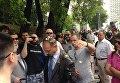 В Киеве активисты забросали депутата от БПП Олега Барну яйцами.