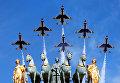 ВВС США пролетают над Триумфальной во время традиционного военного парада в Бастилии в Париже, Франция.