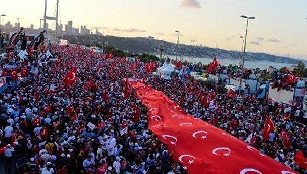 В Турции проходят многотысячные шествия в связи с годовщиной переворота