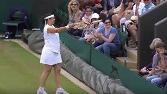 На Уимблдоне теннисистка предложила зрителю сыграть, его одели и вывели на корт. Видео