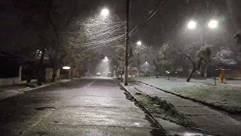 Обрушившийся на столицу Чили снегопад привел к перебоям электроснабжения. Видео