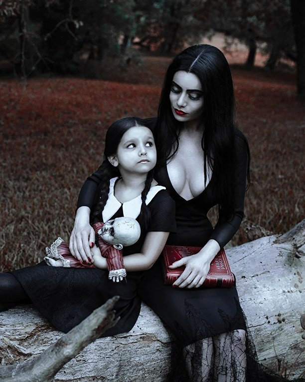 Косплей на Мартишу Аддамс и ее дочь Уэнздей Аддамс